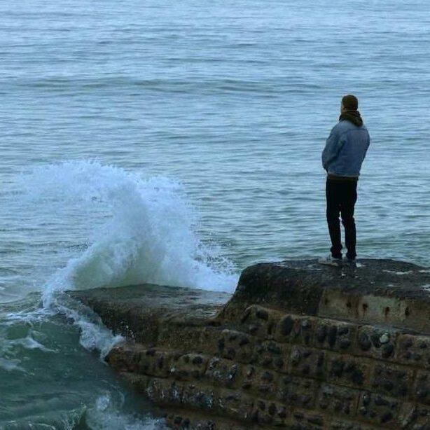 Persona sola mirando al mar