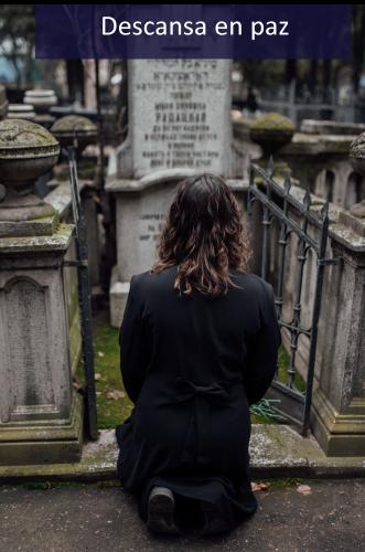 Mujer vistando ser querido en el cementerio